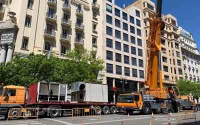 Germania instala una espectacular grúa de 5 ejes en el centro de Valencia para realizar trabajos de climatización