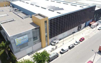 Instalamos paneles solares en vertical en la fachada de la nave industrial de Divelsa Euronics